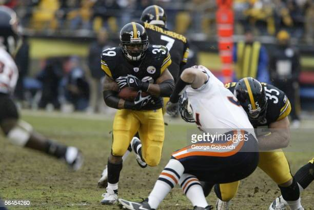 Running back Willie Parker of the Pittsburgh Steelers runs behind the blocking of fullback Dan Kreider during a game against the Chicago Bears at...