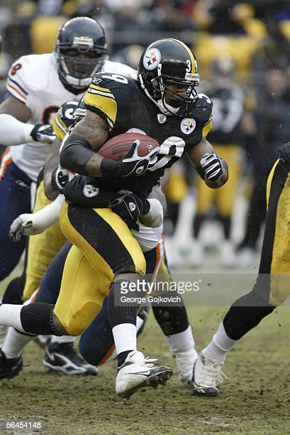 Running back Willie Parker of the Pittsburgh Steelers runs the ball against the Chicago Bears at Heinz Field on December 11, 2005 in Pittsburgh,...