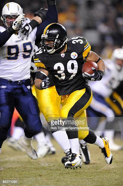 Running back Willie Parker of the Pittsburgh Steelers runs with the ball against the San Diego Chargers during their AFC Divisional Playoff Game on...