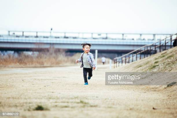 running boy - yusuke nishizawa stock pictures, royalty-free photos & images