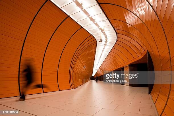 Corrida de passageiros moderno organge tubo de metro em