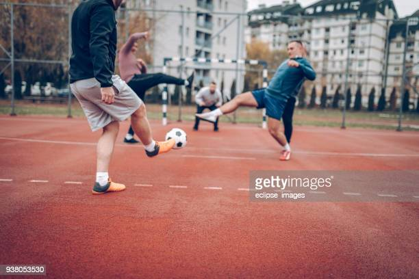 laufen für einen ball - ball passen stock-fotos und bilder