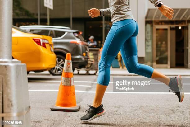 街で走る:nycの通りを走る青いスポーツタイツの女性の足 - タイツ ストックフォトと画像