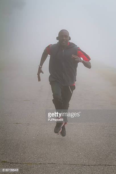 corriendo en la niebla - pjphoto69 fotografías e imágenes de stock