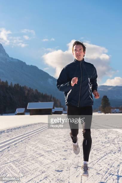 correndo no inverno em garmisch-partenkirchen, alemanha - esporte de inverno - fotografias e filmes do acervo