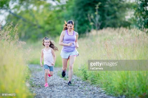 correndo em uma pista de - parque natural - fotografias e filmes do acervo