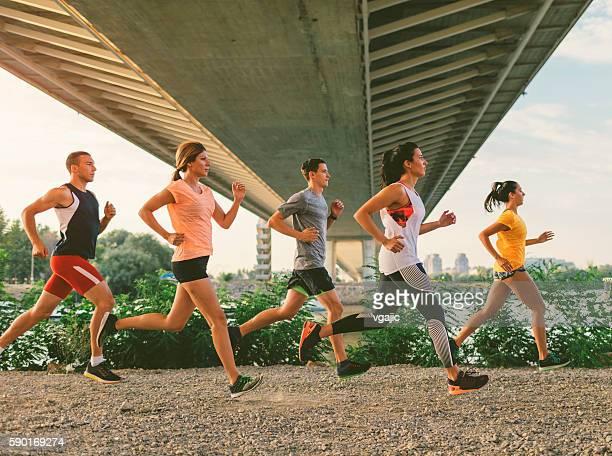 running team. - vijf personen stockfoto's en -beelden