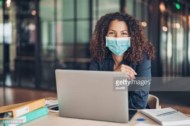 comandando o negócio durante a pandemia - pandemia - fotografias e filmes do acervo