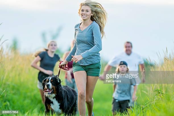 Correre attraverso un campo in erba