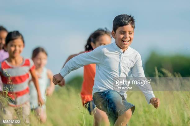 Corriendo un través de un campo de césped