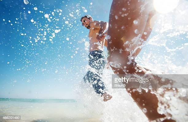 Laufen über Meer in den Tag.