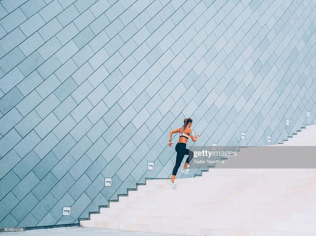 Executar as escadas : Foto de stock