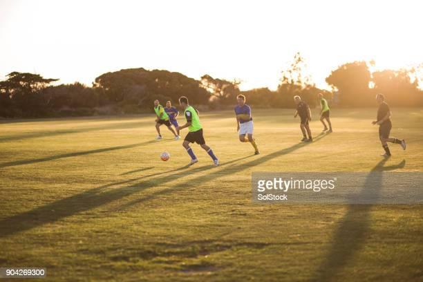 correr com a bola - termo esportivo - fotografias e filmes do acervo