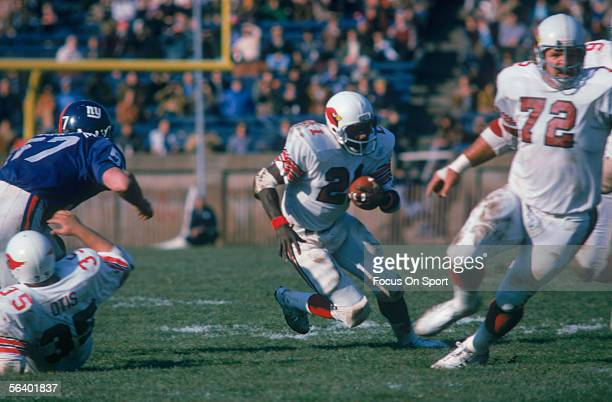 Runningback Terry Metcalf of the St Louis Cardinals runs the ball upfield during a game against the New York Giants