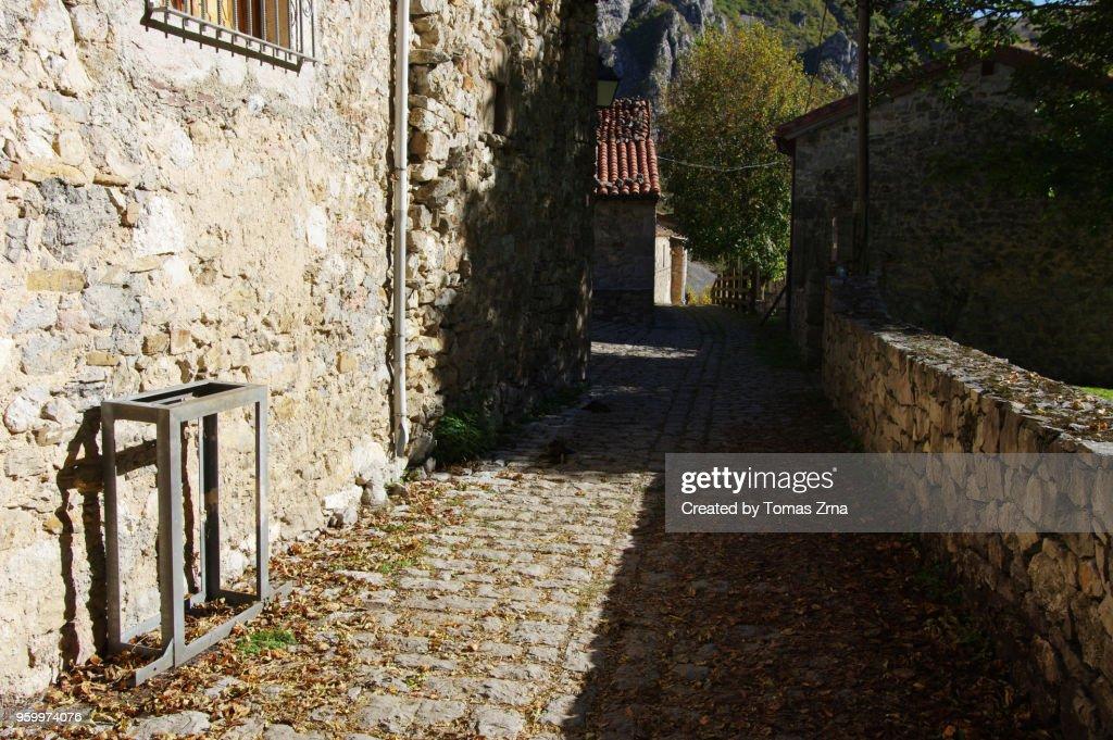 Rural atmoshere in Bulnes - El Castillo with a few stone houses : Stock-Foto