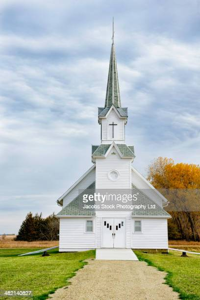 rural church and spire - mittlerer westen stock-fotos und bilder