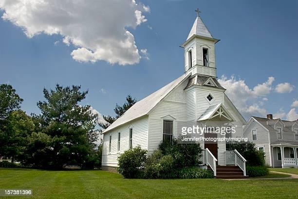 rural church in wisconsin - methodist church stockfoto's en -beelden