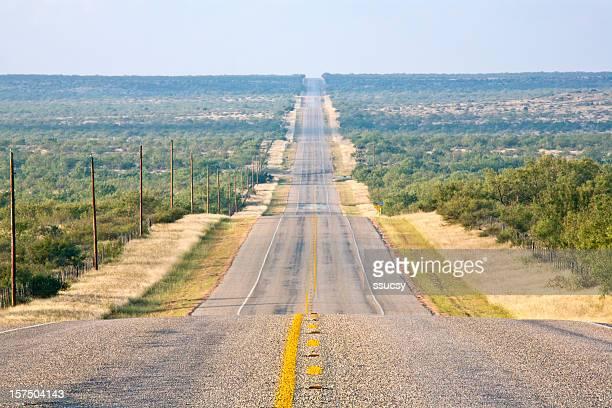 Rurale Strada di campagna, lungo e sinuoso diritto, all'orizzonte