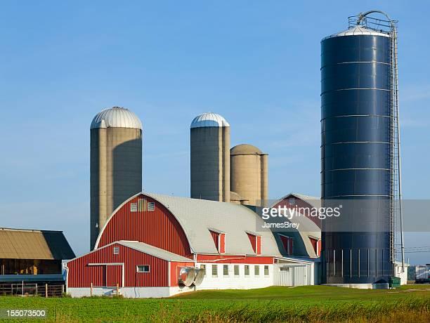 Ländliche Farm mit Scheune und mehrere Silos