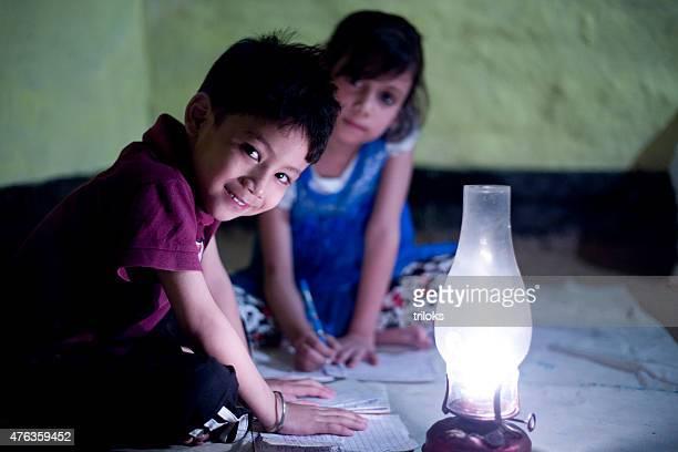 村の女の子と男の子の勉強照明灯