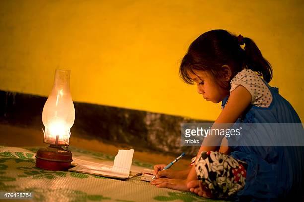 村の女性の勉強照明灯