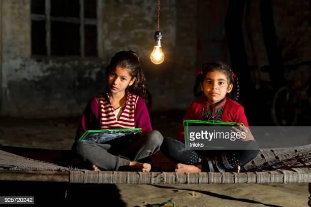 landelijke meisjes studeren in gloeilamp - human arm stockfoto's en -beelden
