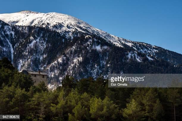 casa rural y nieve capsulado montañas de Pirineos. Andorra