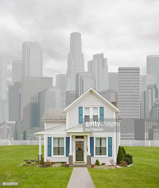 rural house in urban setting - building exterior fotografías e imágenes de stock