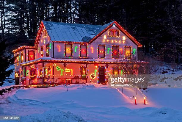 Ländliche Haus mit Weihnachten und Winter Lichter-I