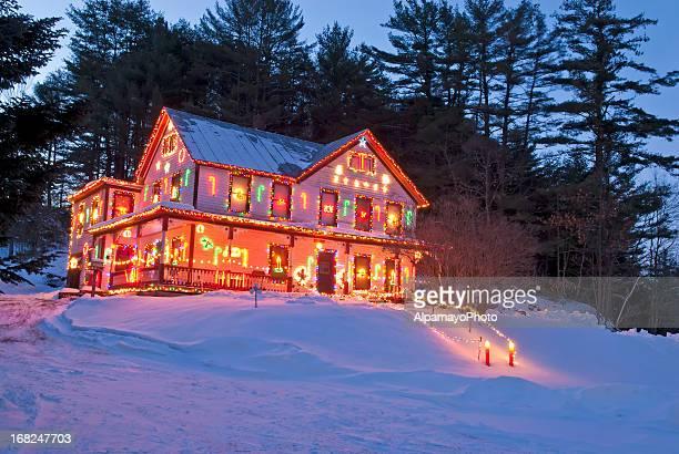 Ländliche Haus mit Weihnachten und Winter-Lichter – II