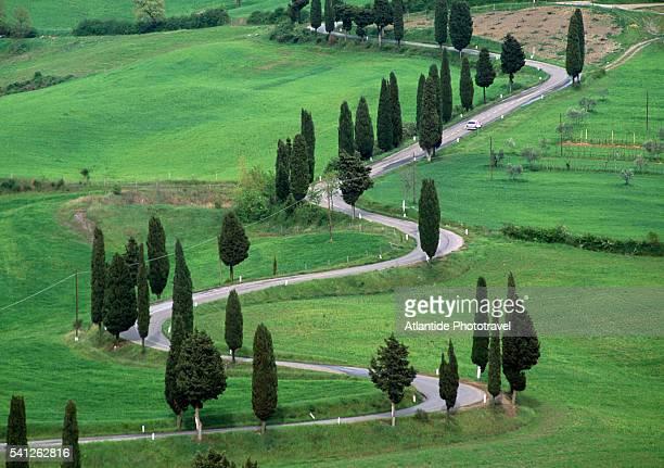 rural road in monticchiello - luogo d'interesse internazionale foto e immagini stock