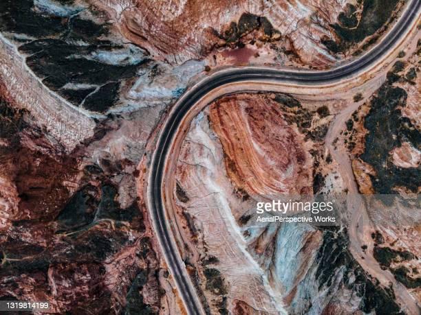 丹夏の地形を通る田舎道 - 甘粛張掖国家地質公園 ストックフォトと画像