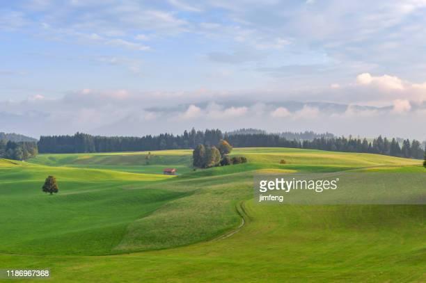 ländliche szene in der dämmerung in unterammergau - oberbayern stock-fotos und bilder
