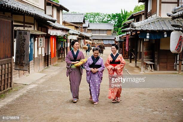 田園風景の古い日本の村、木造家屋