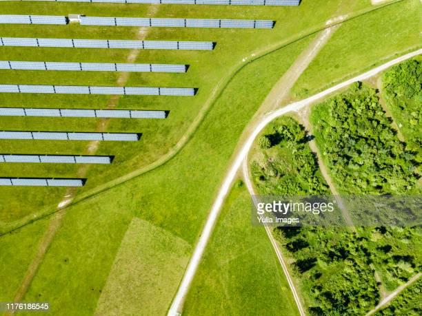 rural solar farm with photovoltaic panels - umweltschutz stock-fotos und bilder