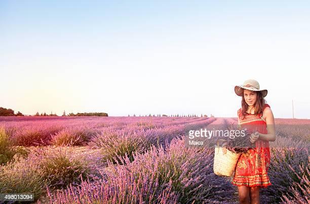 Rural teen fille au champ de lavande en provence