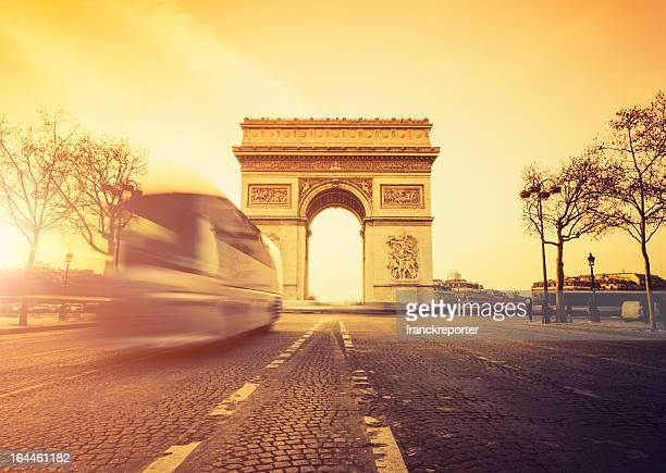 Heure de pointe à l'Arc de Triomphe à Paris