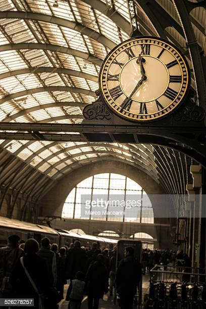 rush hour at the train station - キングスクロス駅 ストックフォトと画像