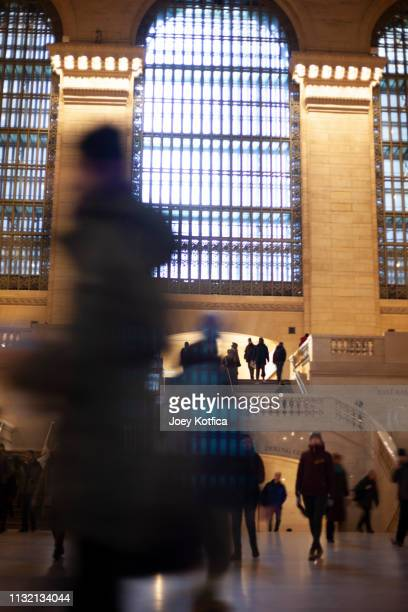 rush hour in grand central station, new york city - grand central station manhattan - fotografias e filmes do acervo