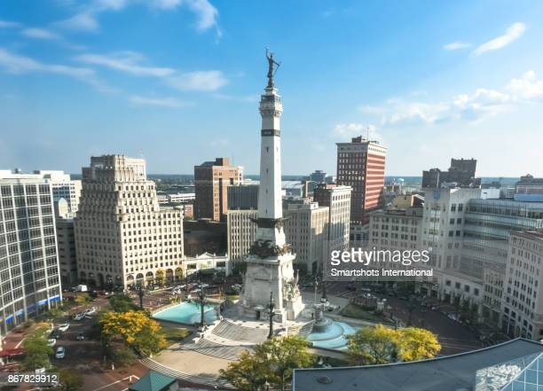 rush hour right after sunrise over indiana's soldiers and sailors monument on monument circle, indianapolis, usa - indiana stock-fotos und bilder