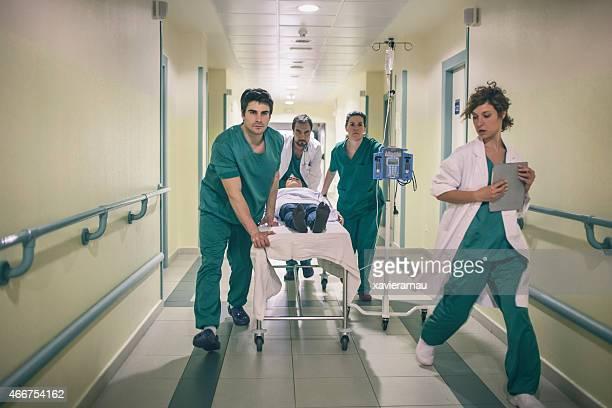 Rush para guardar el paciente de un accidente