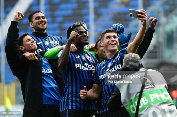 Ruslan Malinovskyi of Atalanta BC takes a photo with Duvan Zapata and teammates following the Serie A match between Atalanta BC and Juventus at...