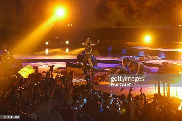 Ruslana Lyzhichko Tänzer Fans mit NationalFlaggen Finale der ARDShow Eurovision Song Contest Istanbul/Türkei/ Europa AbdiIkepciArena Bühne Auftritt...