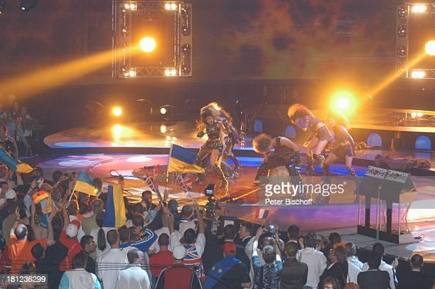 Ruslana Lyzhichko Tänzer Fans mit NationalFlaggen Finale des Eurovision Song Contest Istanbul/Türkei/ Europa AbdiIkepciArena Bühne Auftritt sexy...