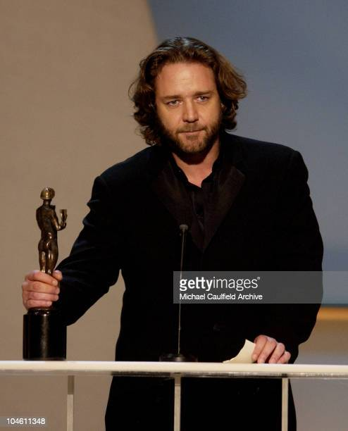 Russell Crowe accepts the SAG award for Outstanding Performance by a Male Actor in a Leading Role for A Beautiful Mind