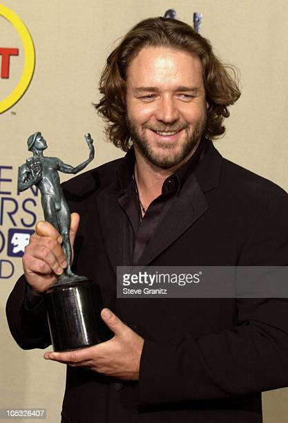 Russell Crowe with the SAG award for Outstanding Performance by a Male Actor in a Leading Role for A Beautiful Mind