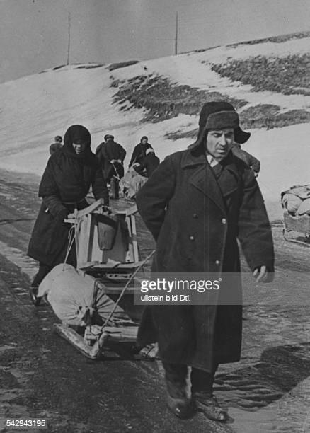 Russen aus Charkow ziehen mit Bekleidung und Hausrat auf das Land um es gegen Lebensmittel einzutauschen Aufnahme PresseIllustrationen Heinrich...