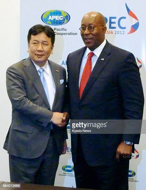 KAZAN Russia Japan's Economy Trade and Industry Minister Yukio Edano and US Trade Representative Ron Kirk shake hands when they held talks in Kazan...