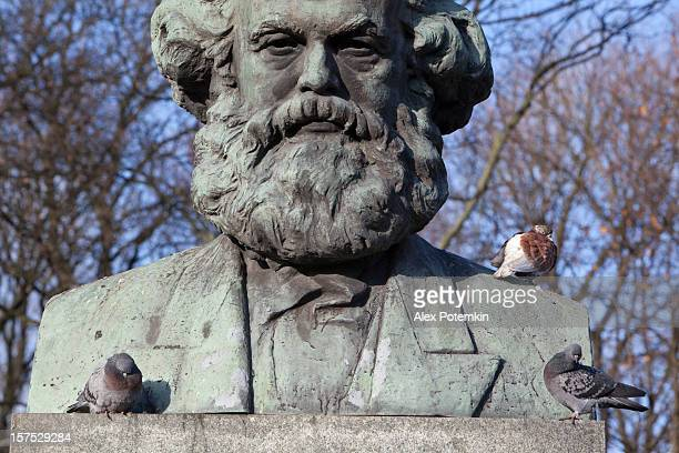 russia, kaliningrad: karl marks and pigeons - karl marx stock photos and pictures