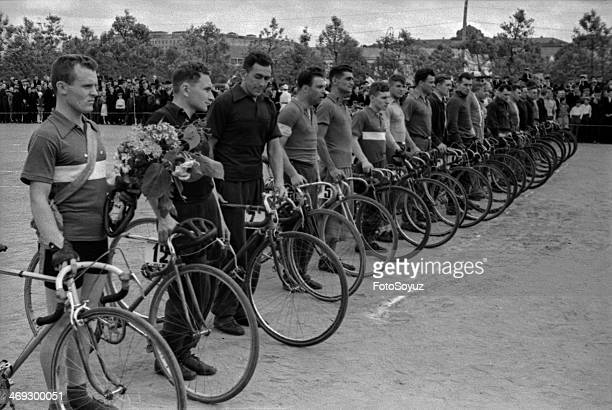 Bicycle race on a prize of the newspaper 'the Moscow bolshevik' Winners a command 'the Dynamo' Feodor Tarachkov